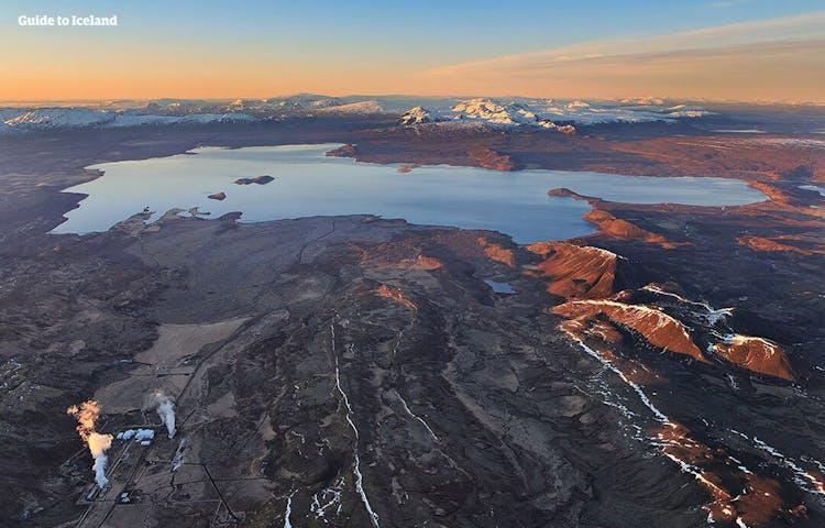 W Parku Narodowym Þingvellir odwiedzający mogą odkryć historyczne budynki, źródła lodowcowe, wodospady, wysokie ściany klifów i wysuszone pola magmy.