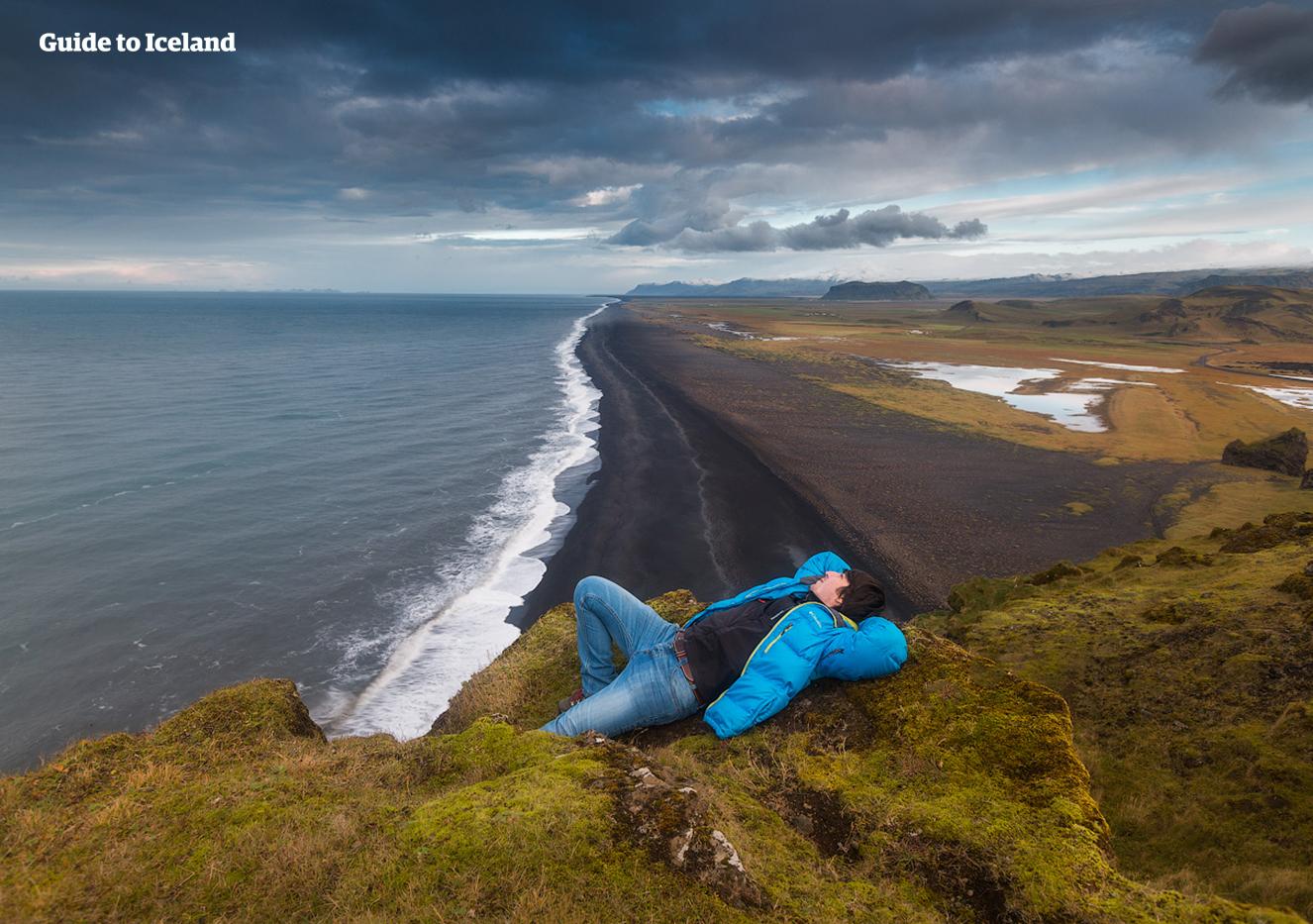 Ved høyvann kan tilsynelatende rolige bølger ved Reynisfjara trekke helt opp på stranden og utgjøre en fare for besøkende.