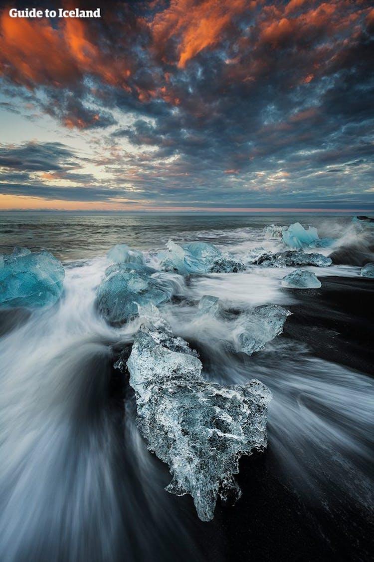 ヨークルスアゥロゥン氷河湖から海に流れていく氷河のかけらがダイヤモンドビーチで観察できる
