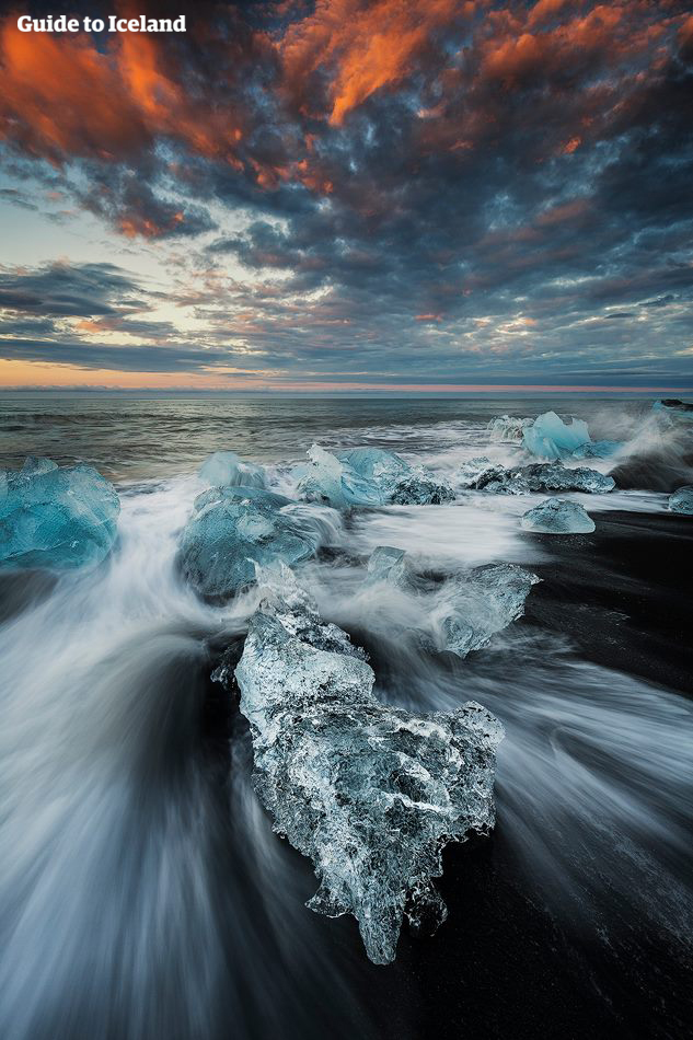 Diamantstranden är platsen där isberg från Jökulsárlón slutligen når Atlanten.
