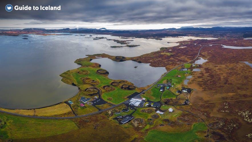Sjön Mývatn och dess omgivningar är kända för sin geotermiska aktivitet och det mörka vulkaniska landskapet.