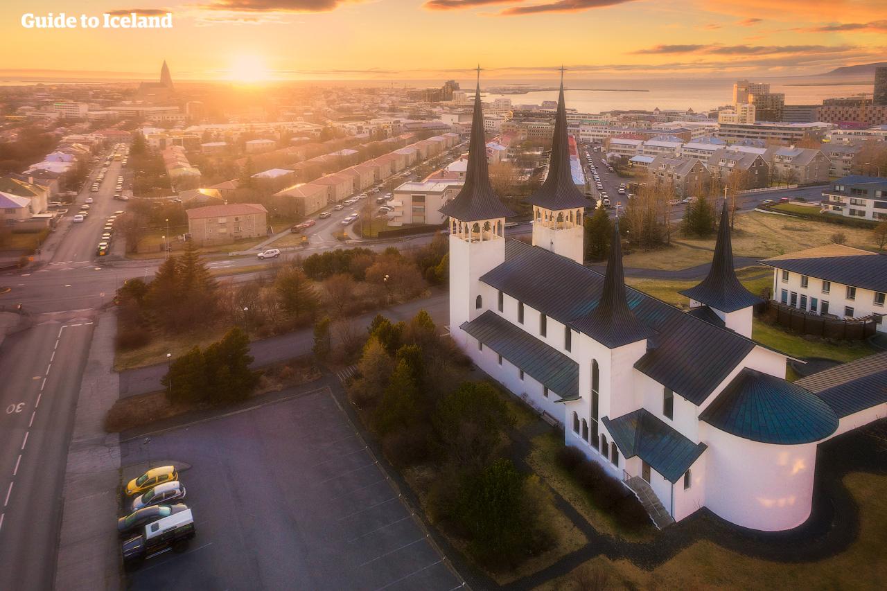 De kleurrijke tinnen daken van de schilderachtige hoofdstad van IJsland, Reykjavík, geven de stad die typische IJslandse charme.