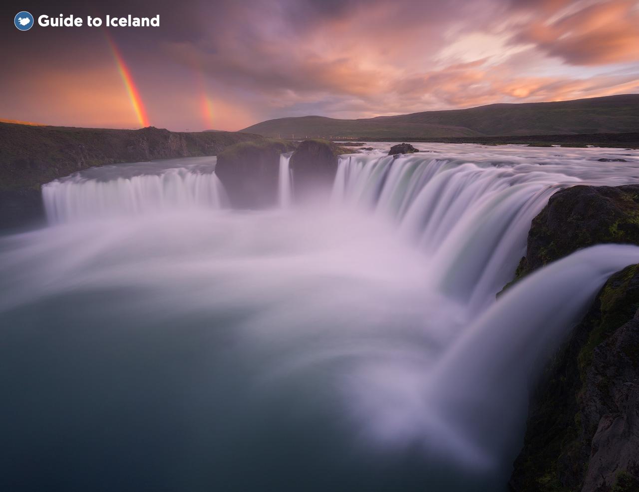 Один из водопадов северной Исландии в лучах закатного солнца.