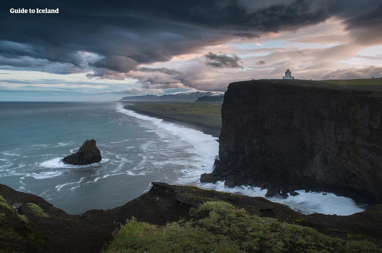 หาดทรายดำบนชายฝั่งทางใต้ของไอซ์แลนด์ใต้แสงอาทิตย์เที่ยงคืน