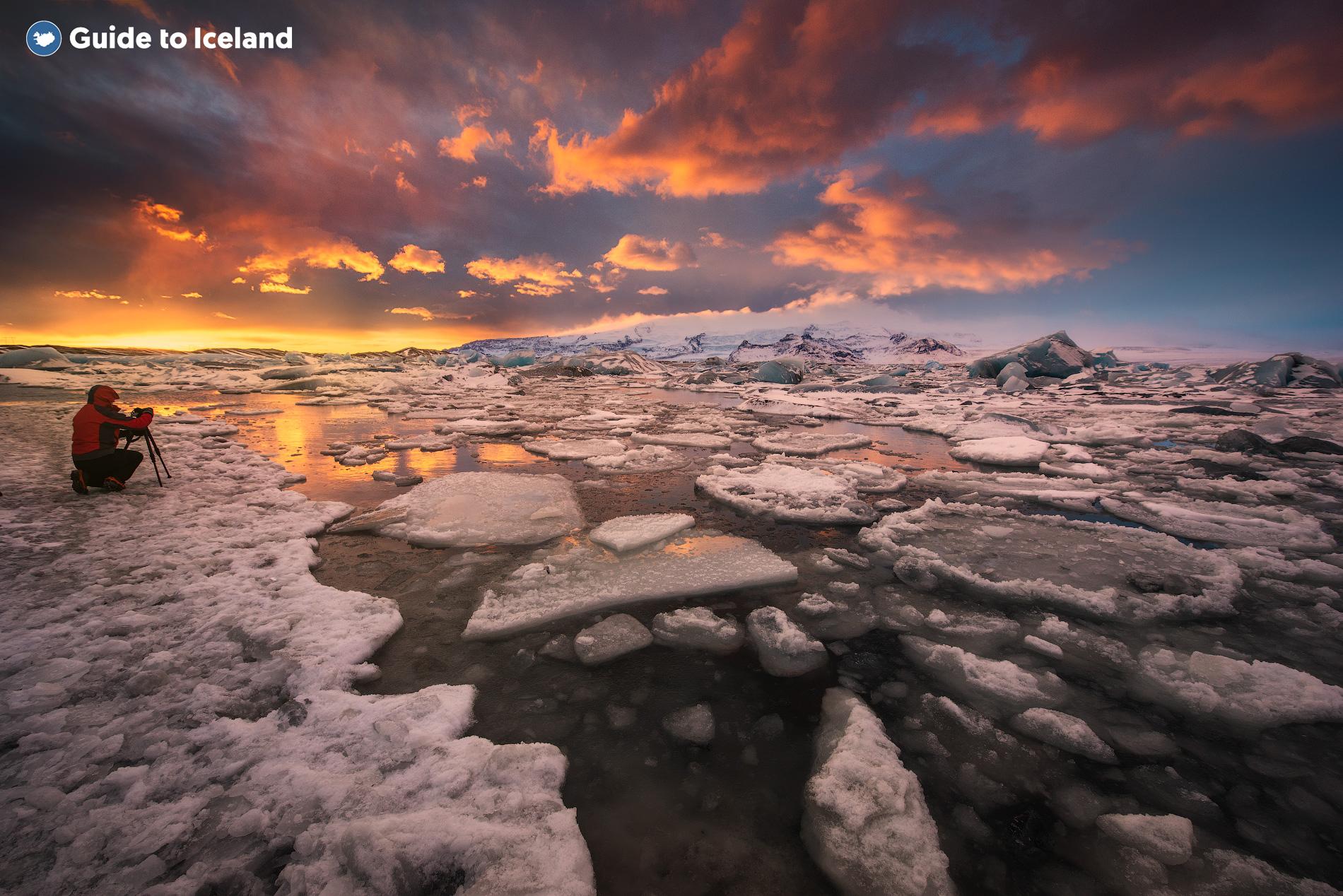La laguna glaciar Jökulsárlón pintada en colores rosados del sol de medianoche.