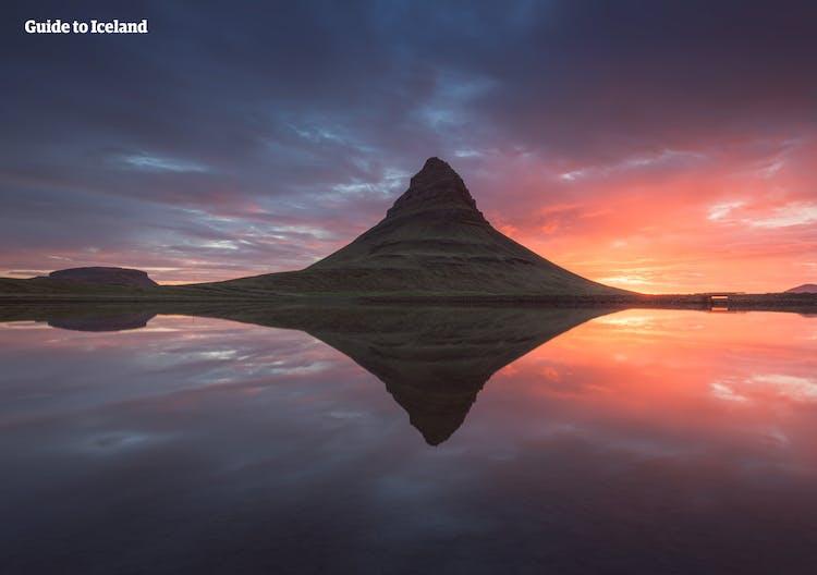 Kirkjufell ist Islands am häufigsten fotografierter Berg und wenn man ihn einmal gesehen hat, versteht man auch den Grund.