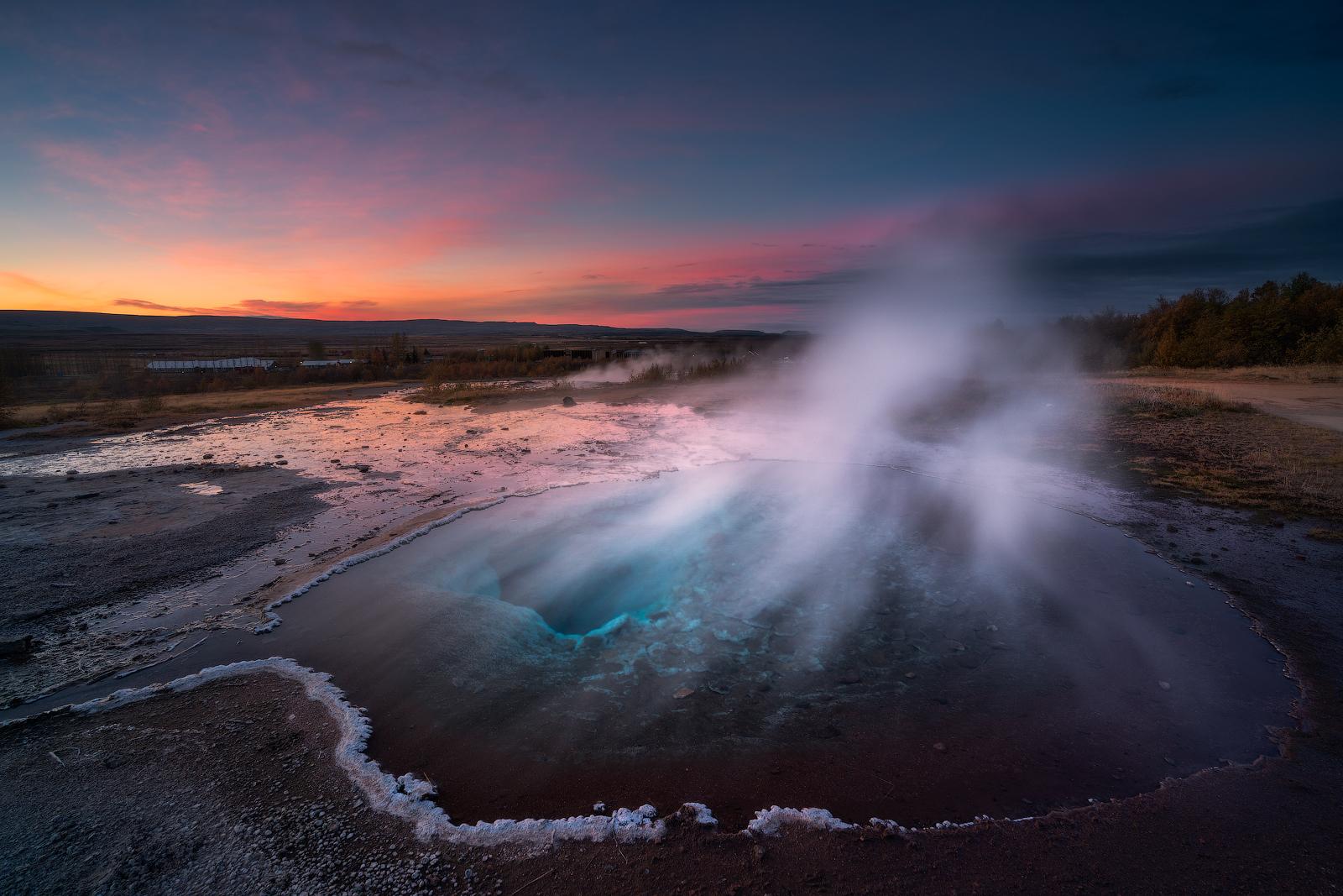 Die heiße Quelle Strokkur bricht aus und stößt eine Fontaine kochendheißen Wassers in die Luft.