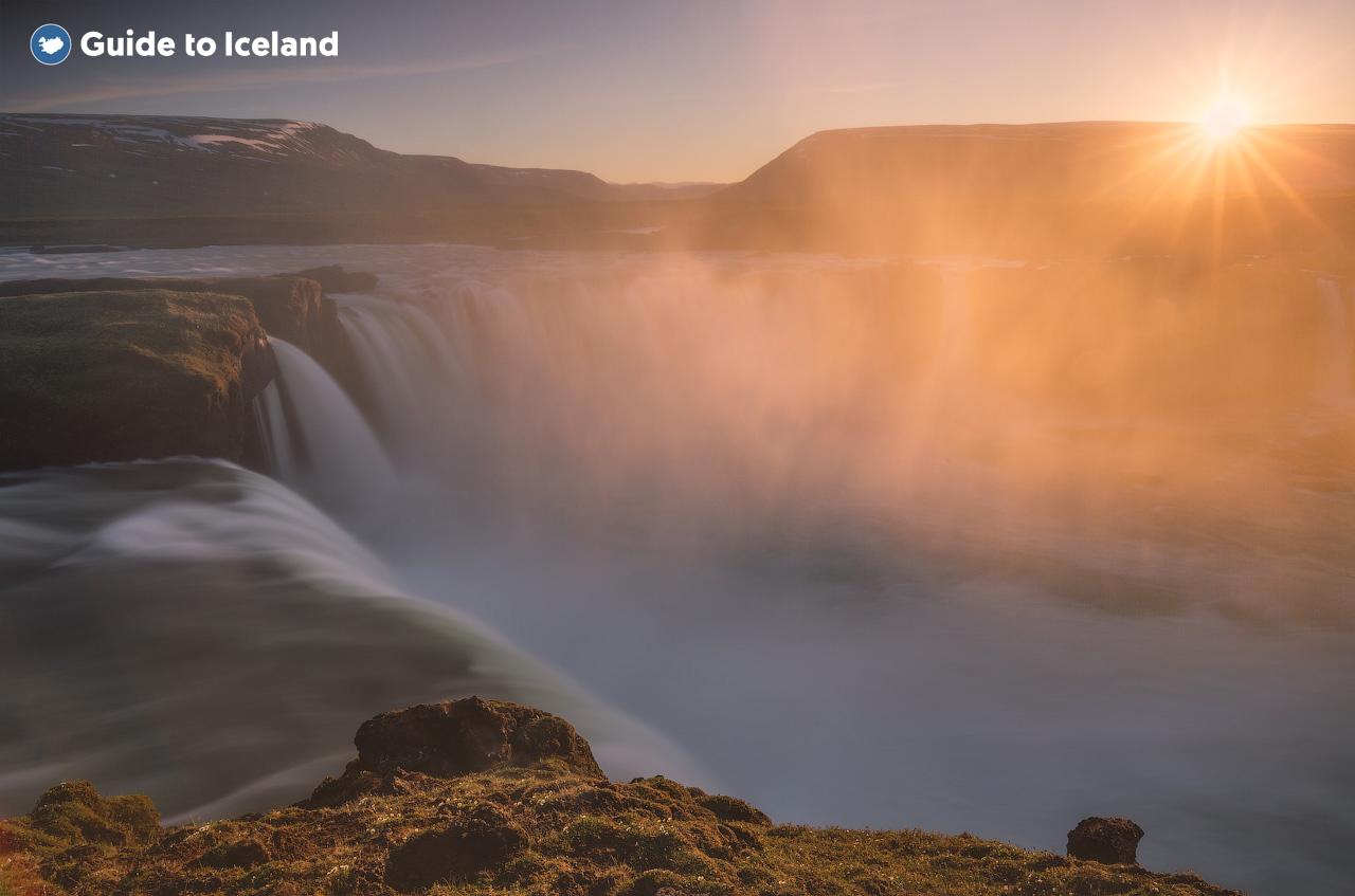 Słynny wodospad Godafoss posiada 12 metrów wysokości ale jest bardzo szeroki i leży pośród malowniczych krajobrazów.