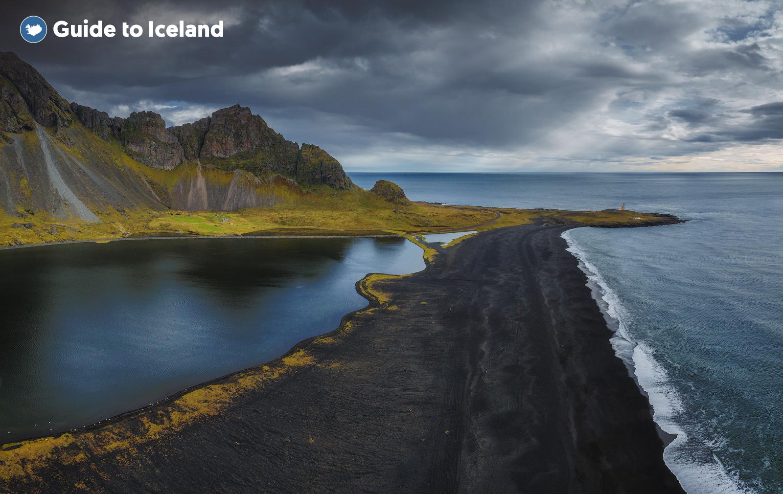冰岛东部的西角山Vestrahorn在海浪作为前景下显得极具戏剧张力
