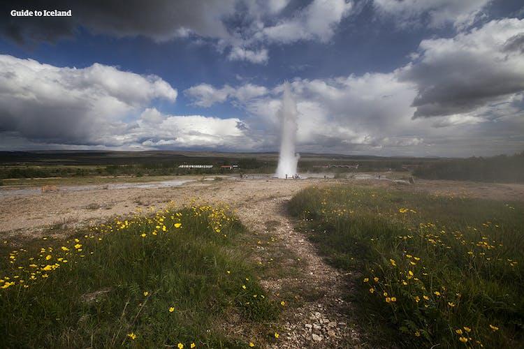 ゲイシール地熱地帯で撮影できるダイナミックなストロックル間欠泉