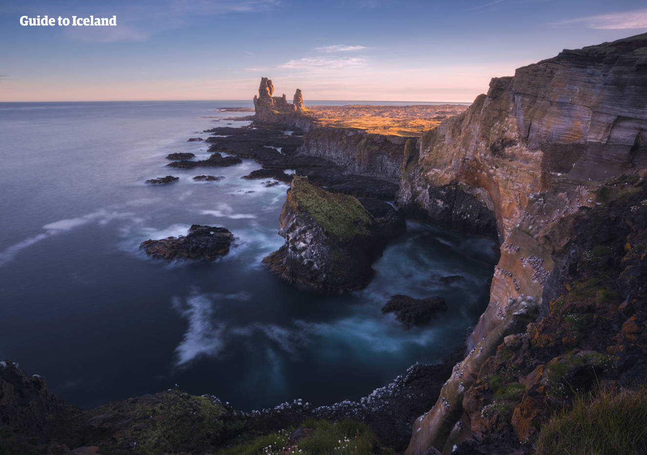 冰岛西部斯奈山半岛的Arnarstapi小镇周围散布着奇诡的熔岩构造