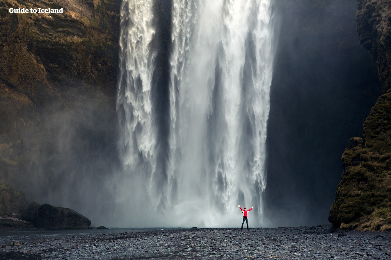 아이슬란드 남부해안의 스코가포스 폭포는 맑은 날이면 무지개를 만들어냅니다.