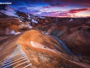 Ein Pfad führt zu einem großartigen Aussichtspunkt im isländischen Hochland.
