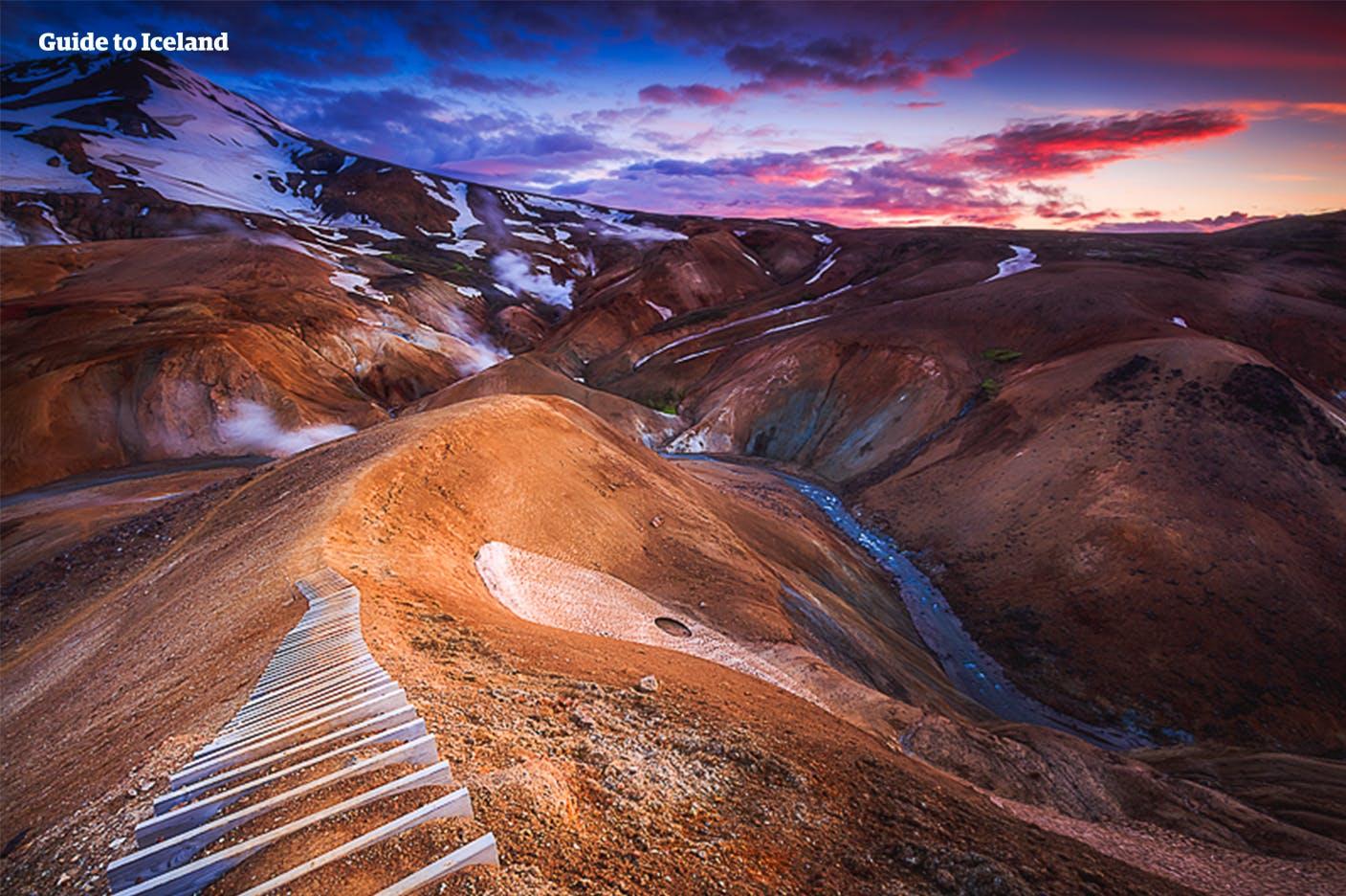 Un sentier mène à un point de vue magnifique dans les Highlands islandais.