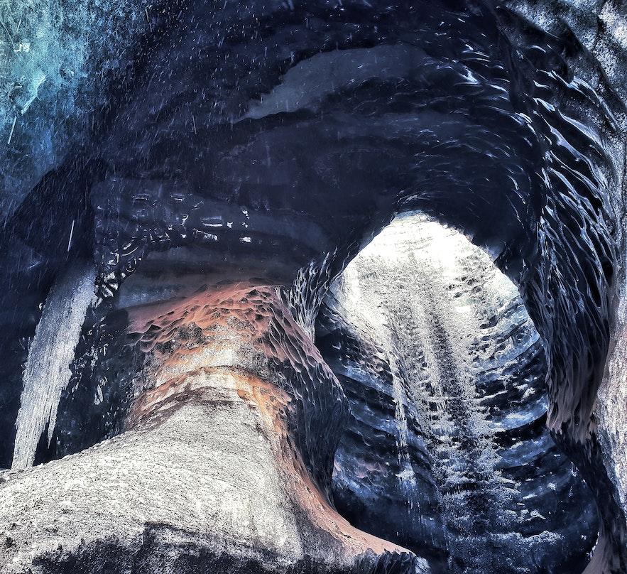 Jaskinia lodowa nad wulkanem Katla na Islandii.