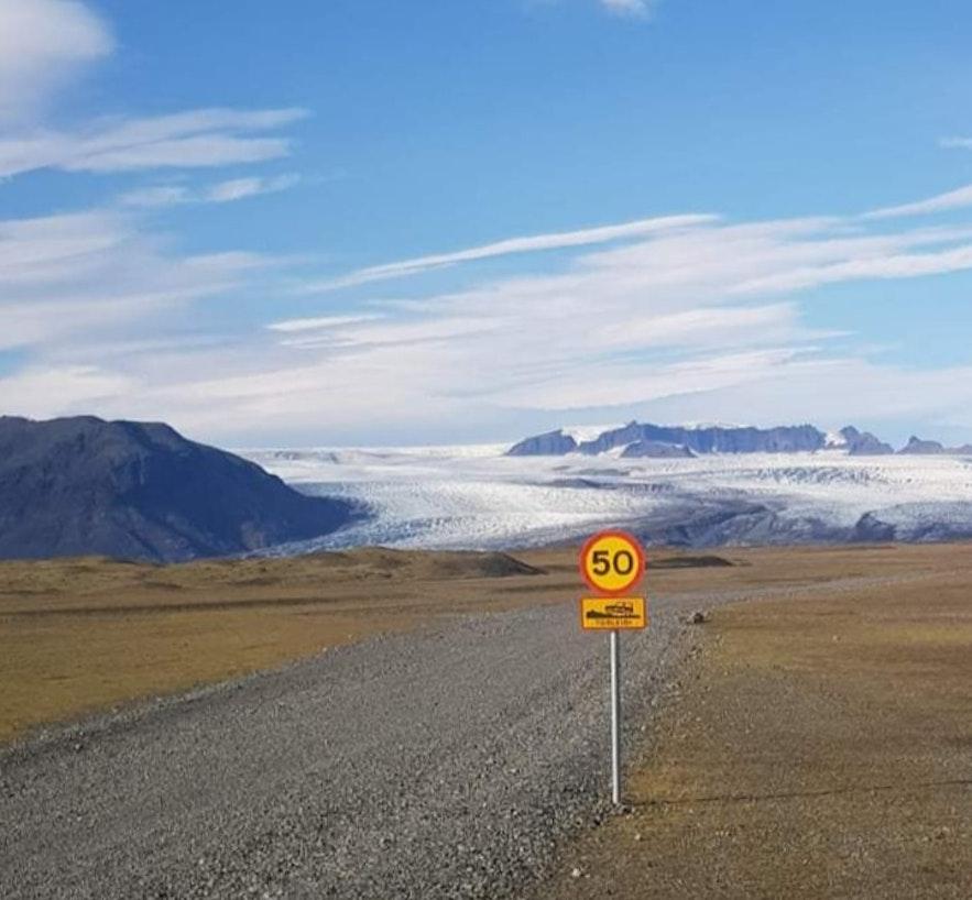 Beschilderung auf dem Weg zur Eishöhle auf dem Vatnajökull in Island.