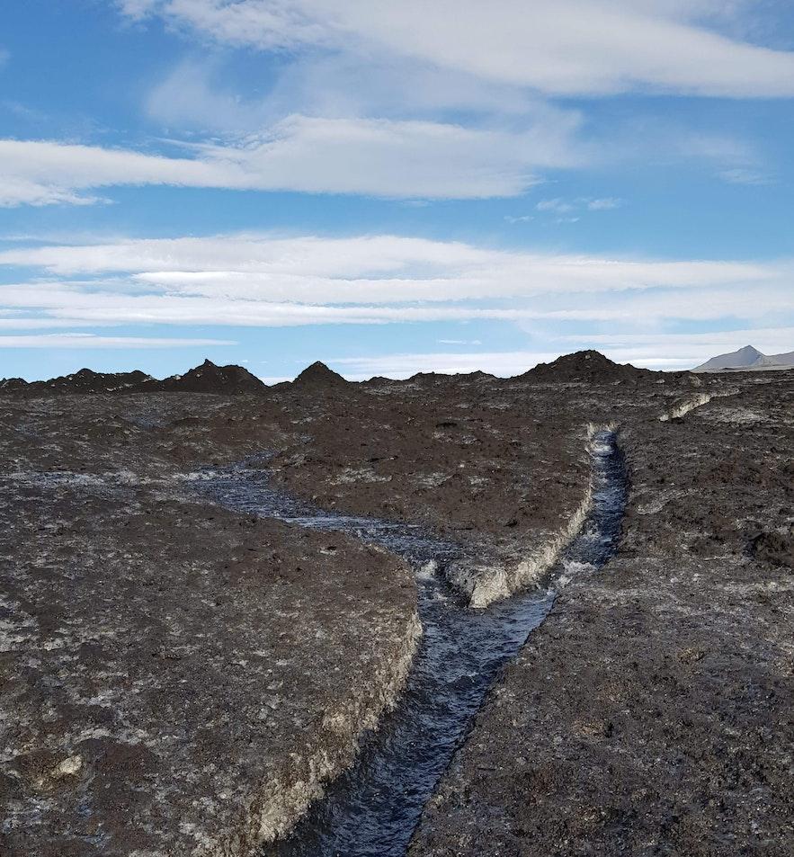 Graben, welches das Schmelzwasser an der blauen Eishöhle vorbeilaufen lässt.