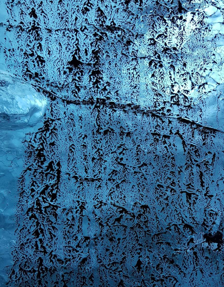An wenigen Stellen bot die Asche ein schönes Muster auf der blauen Gletscherwand.