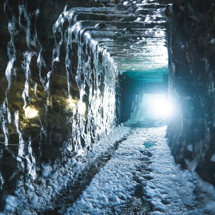 Połączenie 4-godzinnej wycieczki do jaskini lodowej i skuterów śnieżnych na lodowcu Langjokull z transferem z Gullfoss