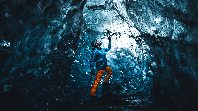 冰岛的天然蓝冰洞展现出纯净的冰蓝色彩。