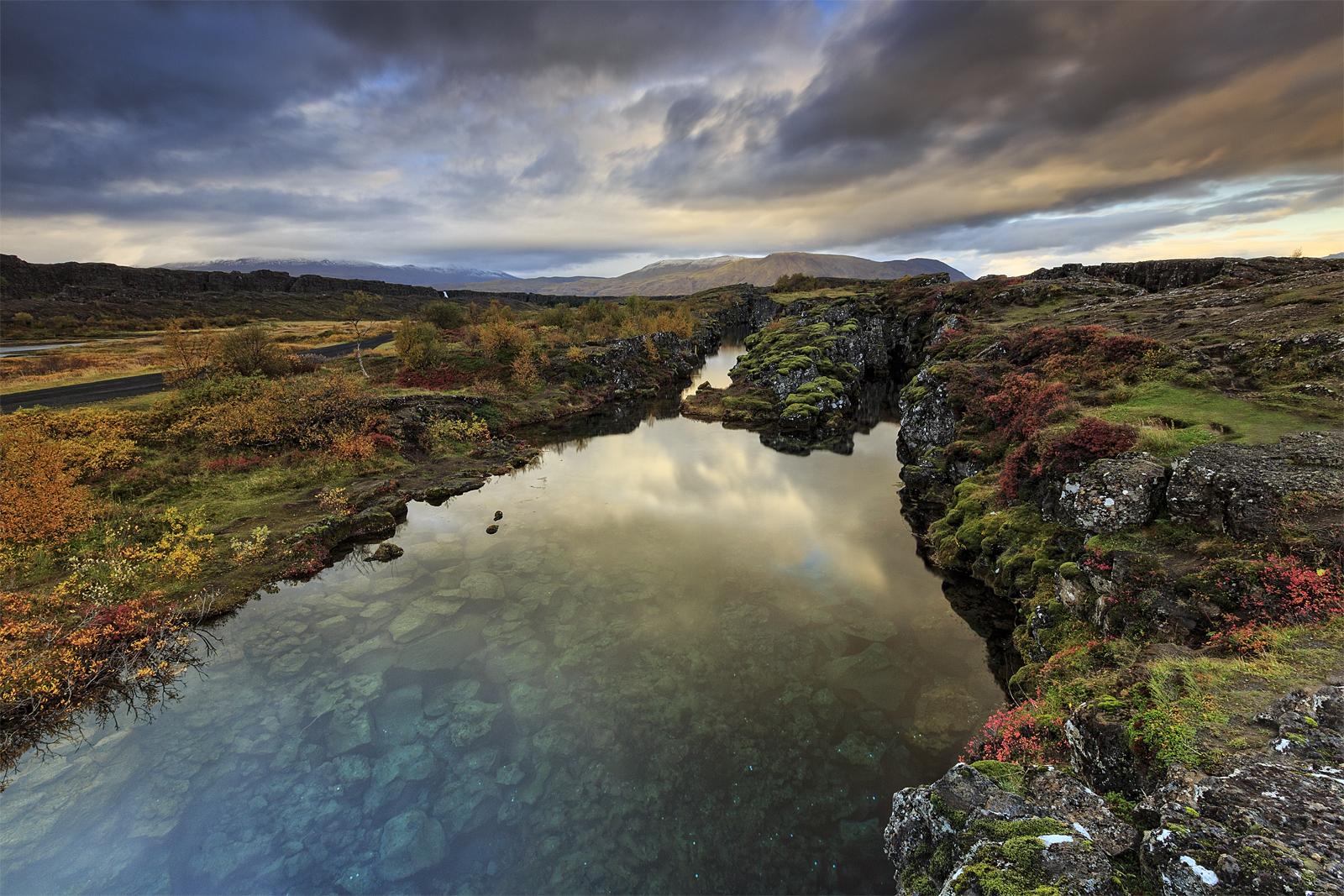 Der Thingvellir-Nationalpark, wo zwei tektonische Platten auseinander treiben.