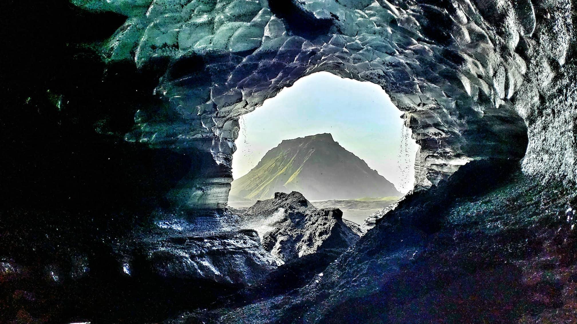 Die Katla Eishöhle ist eine von vielen Eishöhlen, die sich in Island auf natürliche Weise in Gletschern bilden.