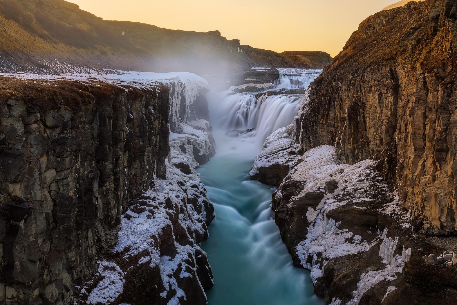 Gullfoss-waterval tuimelt in twee enorme etappes de diepe canyon in.