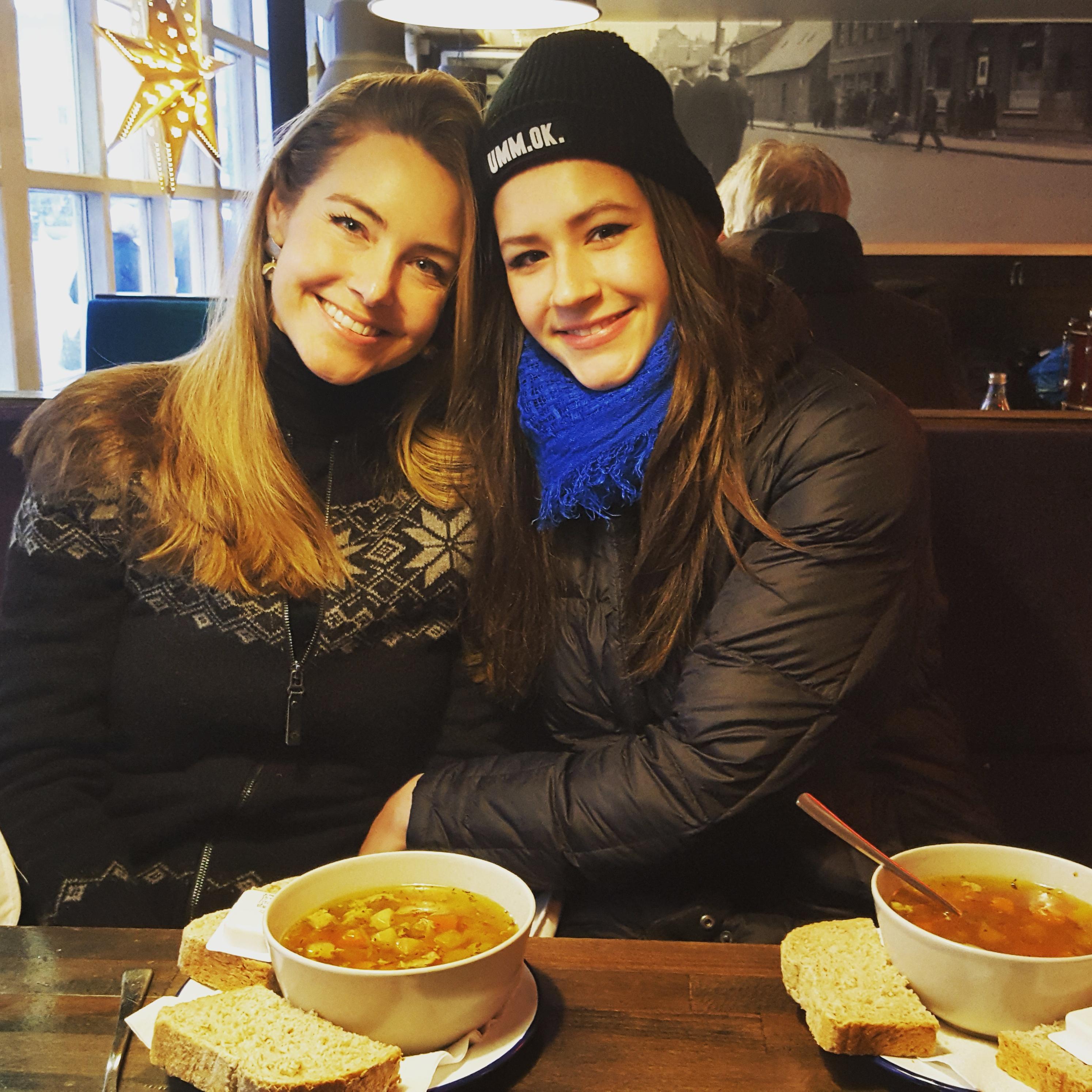 Deux femmes dégustant une soupe islandaise dans un restaurant de la capitale