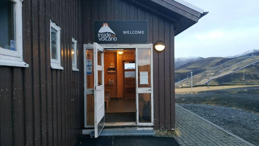 La entrada al primer campamento de Inside the Volcano