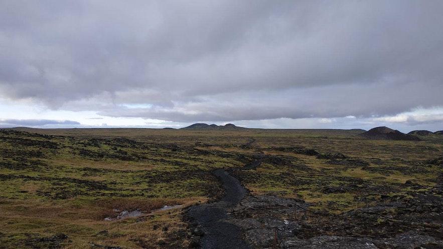 El volcán Thrihnukgagígur, en el horizonte