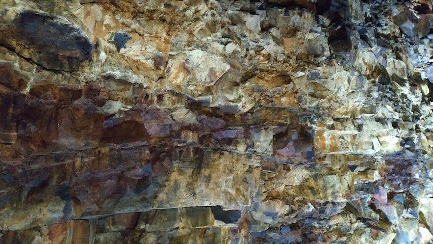 Las paredes del volcán, en diferentes tonalidades de colores