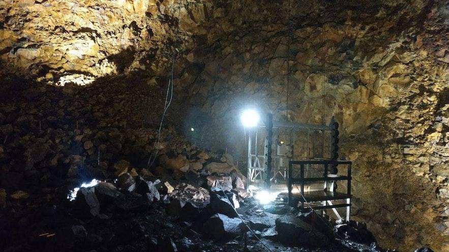 La grúa/ascensor en la cámara de magma