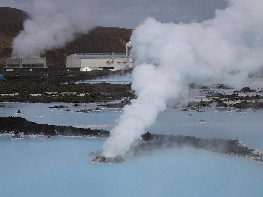 蓝湖温泉位于冰岛雷克雅内斯半岛的Svartsengi发电厂旁
