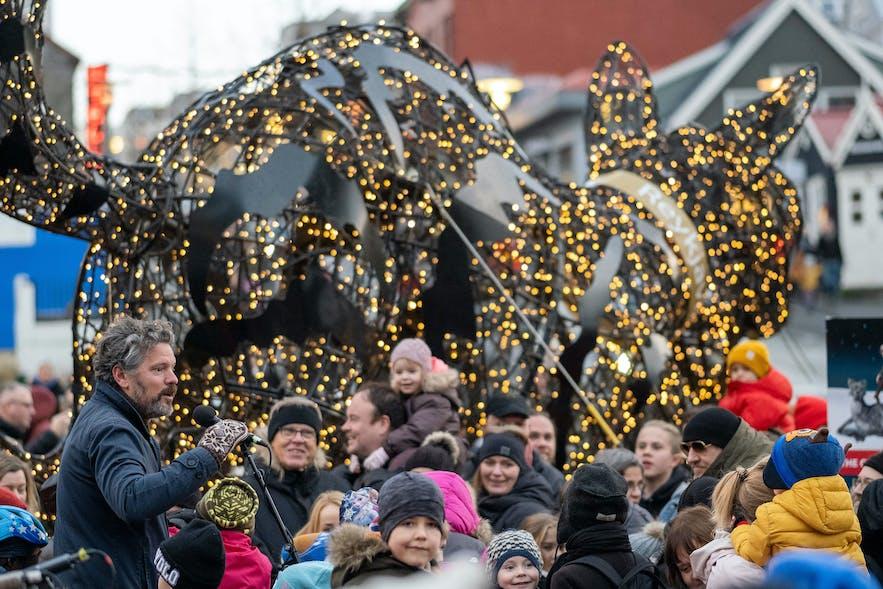Reykjaviks Bürgermeister entzündet die über 6000 Lichter der Weihnachtskatze