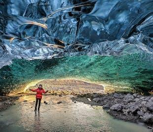現地集合の氷の洞窟探検