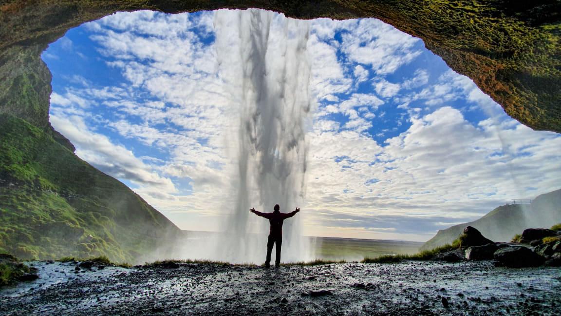 Islandzki gejzer Strokkur wyrzuca z siebie potężny słup wody.