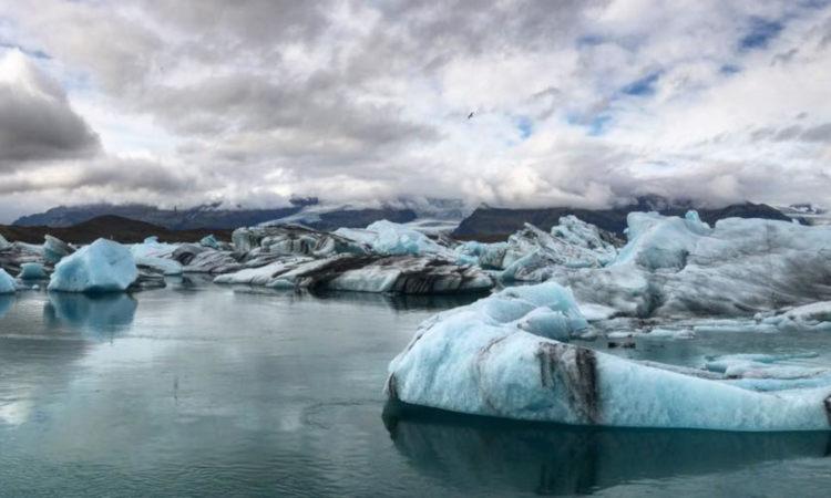 ソゥルヘイマヨークトル氷河を歩く前に、ガイドの指示に沿ってアイゼンやヘルメットを装着