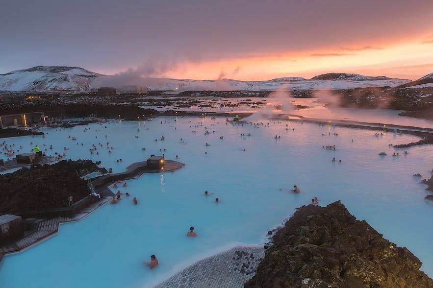 Die Blaue Lagune im Winter bei Sonnenuntergang - Guide to Iceland