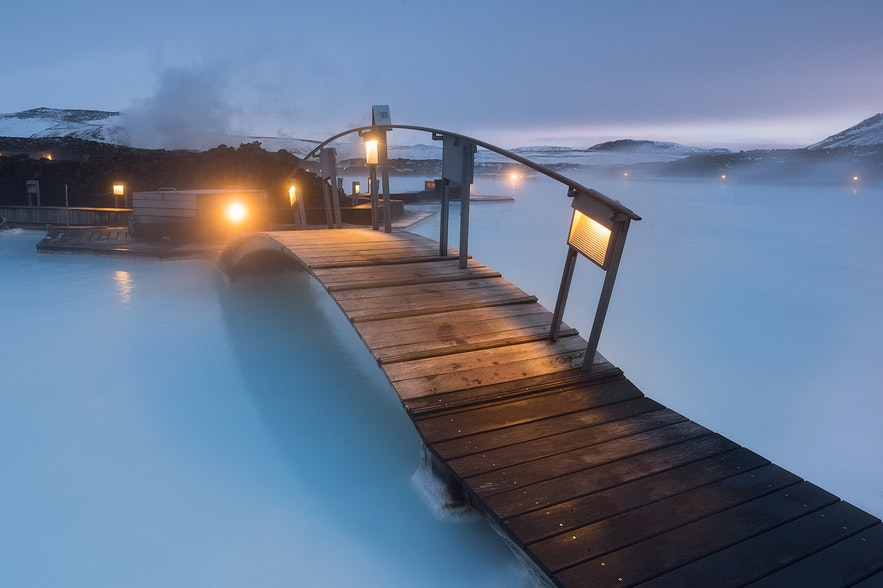 Brücke über das Wasser der Blauen Lagune - Guide to Iceland