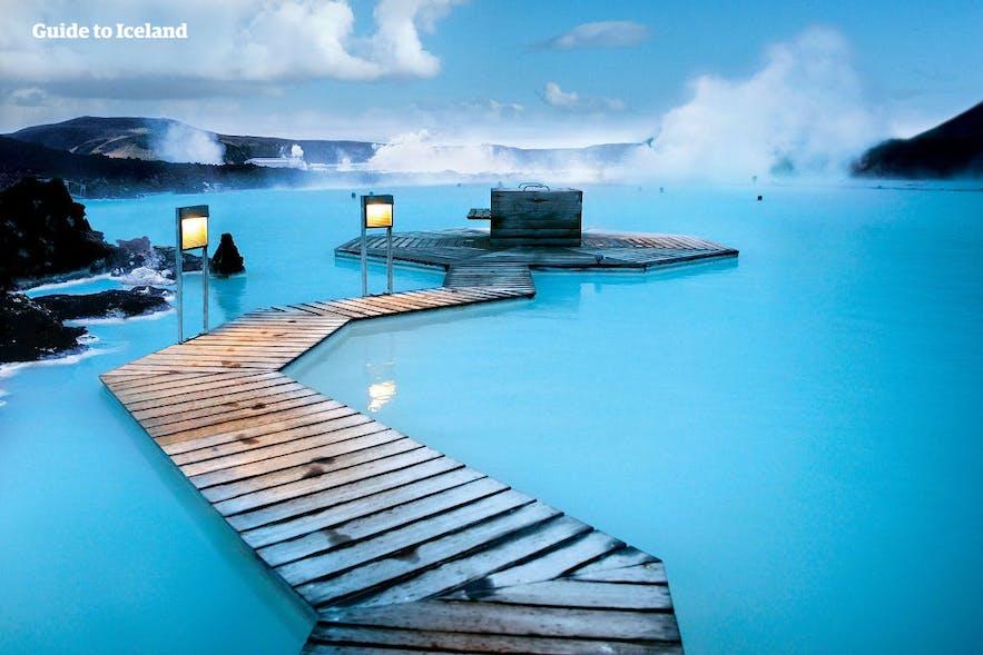 Die Blaue Lagune auf Islands Abends mit Beleuchtung - Guide to Iceland