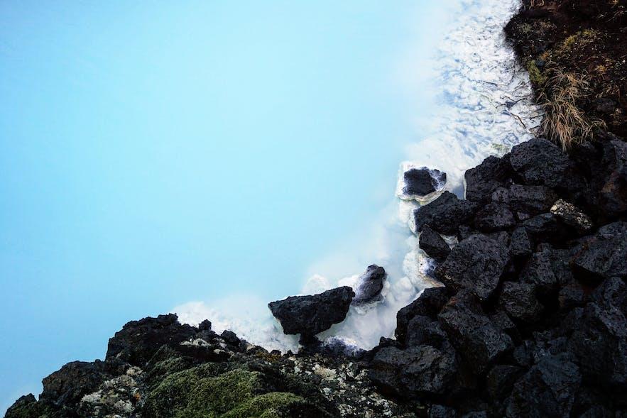 Die blau milchige Farbe des Wassers der Blauen Lagune auf Island - Guide to Iceland