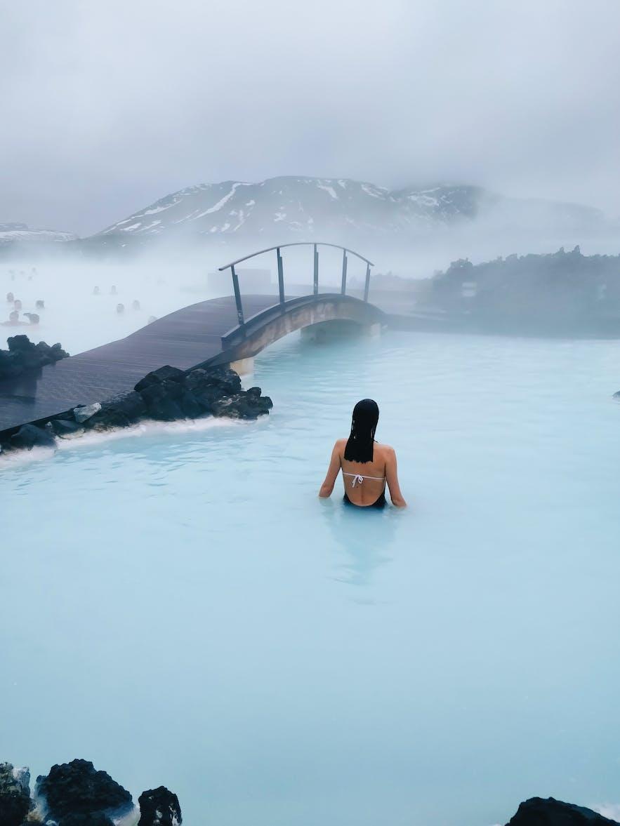 Frau im warmen Wasser der Blauen Lagune - Guide to Iceland