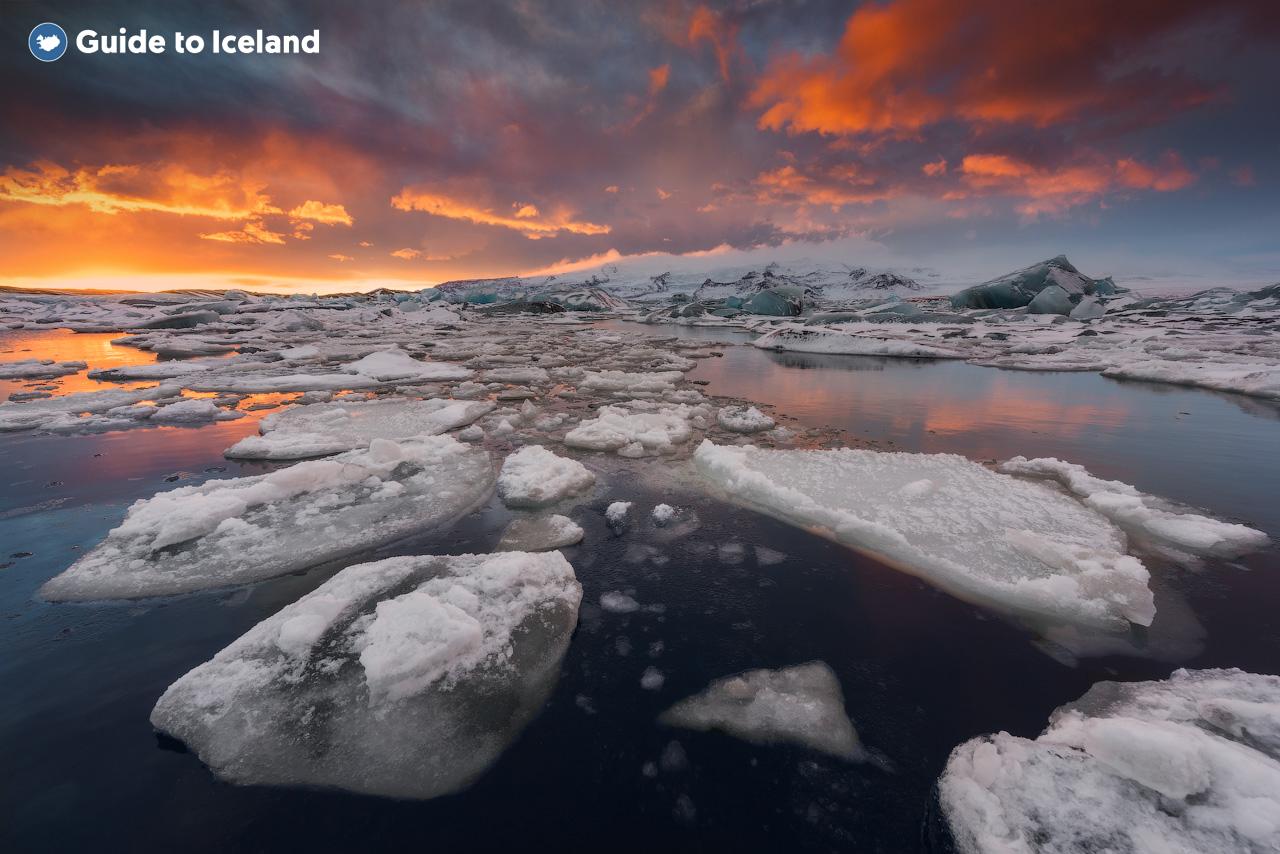 Во время вашего автотура вы сможете задержаться на любое время у ледниковой лагуны Йокульсарлон, наблюдая за величаво плывущими айсбергами