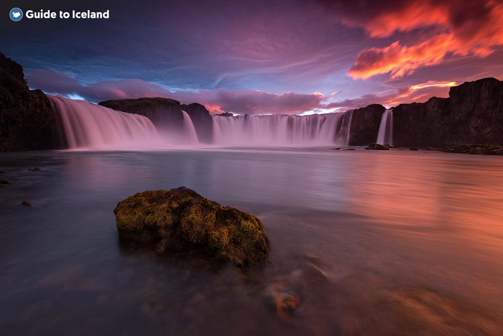 De prachtige waterval Goðafoss in Noord-IJsland is een favoriet onder fotografen vanwege de verschillende geweldige fotoplekken eromheen