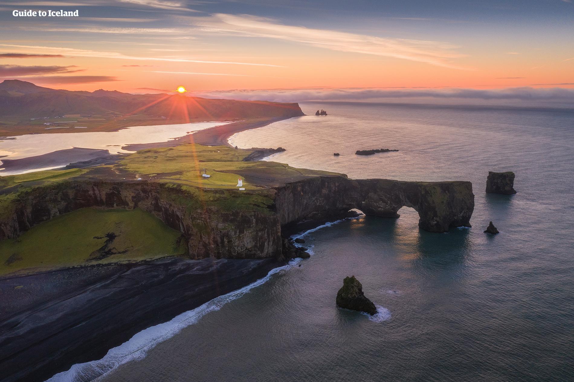 Coucher de soleil sur les falaises de Dyrholaey situées sur la Côte Sud de l'Islande