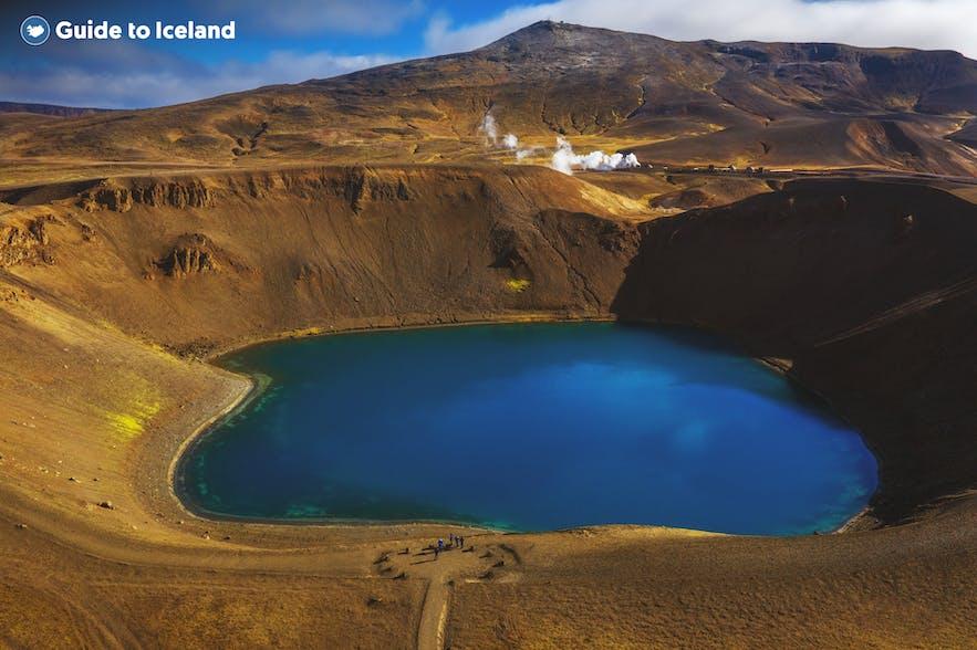 克拉夫拉火山口湖呈现动人的湛蓝色