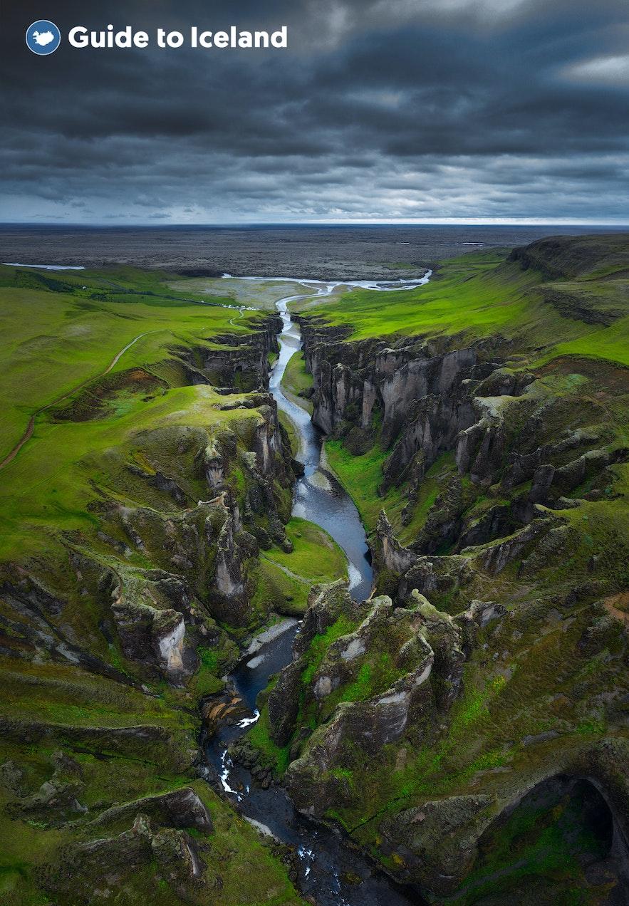 狭长的羽毛河穿过羽毛峡谷