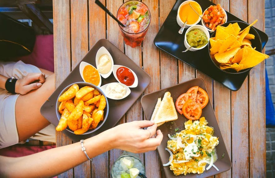 가벼운 주머니로도 맛있는 음식을 즐길 수 있는, 다양한 레스토랑이 가득한 도시 레이캬비크로 오세요!