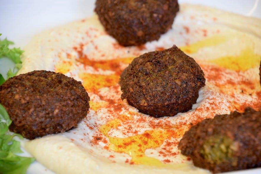 만디의 팔라펠과 후무스 요리는 일반인 뿐 아니라 채식주의자에게도 인기가 높습니다.