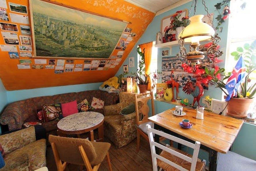 다양한 가구로 실내를 장식한 레이캬비크의 카페 바달뤼